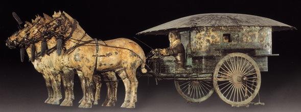 創造時間 公元前3 世紀(秦始皇年間) 基本說明 兩乘銅車馬於1980 年12 月出土,[1] 銅車馬被埋在秦始皇陵西側一個約200 平方米大小的坑道中。[2] 兩組大型銅車馬與其他兵馬俑出土時一樣,皆是彩繪的。[3] 惟一前一後放置的兩組大型彩繪銅車馬出土時因陪葬坑塌陷而被壓至破碎不堪,經過搬移和修復後,於1988 對外開放。